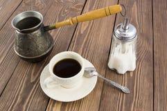 一杯咖啡在一张木表的 图库摄影