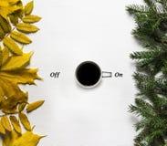 一杯咖啡在一张白色桌上的象征胜利起点  库存照片