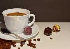 一杯咖啡在一张白色桌上的 库存图片