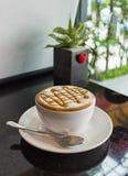 一杯咖啡在一张黑桌上的 免版税库存图片