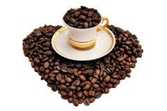 一杯咖啡在五谷的以在白色bac的心脏的形式 库存照片