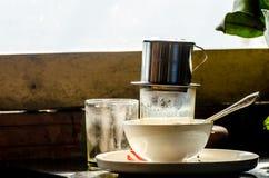 一杯咖啡在减速火箭的心情的 越南:关闭由杯子coffe决定 免版税图库摄影