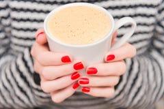 一杯咖啡在妇女的手上 库存照片
