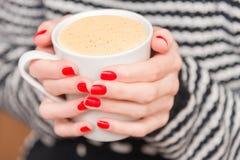 一杯咖啡在妇女的手上 图库摄影