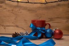 一杯咖啡在新年装饰的 库存图片