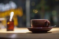 一杯咖啡在木桌上的 图库摄影