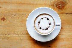 一杯咖啡在木的白色杯子 库存照片