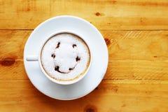 一杯咖啡在木的白色杯子 免版税库存照片