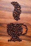 一杯咖啡在木背景的豆 免版税图库摄影