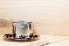 一杯咖啡在木背景的,用桂香、茴香和咖啡豆 免版税库存图片