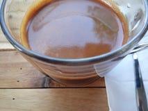 一杯咖啡在木背景的 库存图片