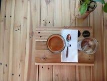 一杯咖啡在木背景的 图库摄影