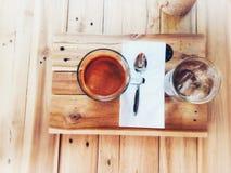 一杯咖啡在木背景纹理的 免版税库存图片