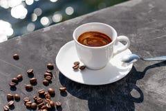 一杯咖啡在桌上的有美丽的景色和新鲜的五谷 免版税库存图片