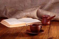 一杯咖啡在桌上的 免版税库存图片