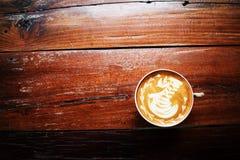 一杯咖啡在老木桌上的 咖啡馆,泰国 免版税库存图片