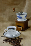 与古色古香的咖啡碾的咖啡 免版税库存图片