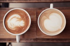 一杯咖啡投入了木板 库存图片
