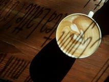 一杯咖啡拿铁,在木桌上 库存照片