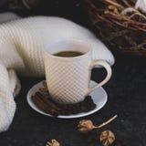 一杯咖啡是钥匙对心情 在黑暗,黑,质地背景的木面带笑容 在桌上有白色, 免版税库存图片