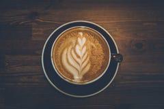 一杯咖啡木表面上的 库存图片