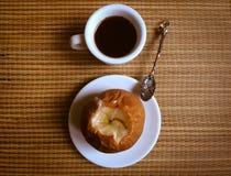 一杯咖啡用被烘烤的苹果 免版税库存照片