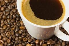 一杯咖啡用coffe豆 免版税图库摄影
