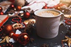 一杯咖啡的特写镜头在一张黑木桌上的与圣诞节玩具,2019年 库存图片