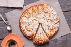 一杯咖啡的苹果饼顶视图在一张木桌上的 图库摄影