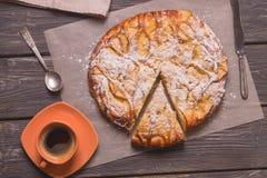 一杯咖啡的苹果饼顶视图在一张木桌上的 库存照片