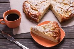 一杯咖啡的苹果饼顶视图在一张木桌上的 免版税库存图片