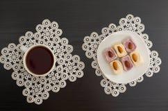 一杯咖啡的顶视图和五颜六色的土耳其快乐糖用在鞋带餐巾的杏仁染黑桌 库存照片