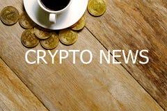一杯咖啡的顶视图,在木背景的金黄bitcoin复制品写与隐藏新闻 库存图片