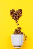一杯咖啡豆的和心脏 免版税库存图片