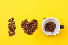 一杯咖啡豆的和心脏 库存图片