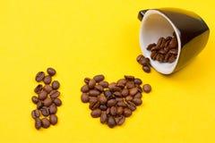 一杯咖啡豆的和心脏 库存照片