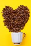 一杯咖啡豆的和心脏 免版税图库摄影