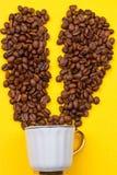 一杯咖啡豆的和心脏 免版税库存照片