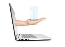 一杯在一个断裂的水在工作。 免版税库存照片