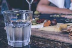 一杯在一张桌上的水在巴厘岛,印度尼西亚餐馆  免版税库存图片