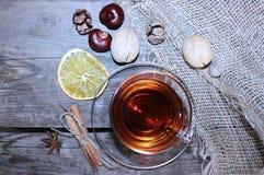 一杯在一玻璃杯的红茶在木背景 坚果和桂香 顶视图 库存照片