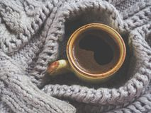 一杯在冬天毛线衣的浓咖啡 家庭舒适、舒适和温暖的概念 图库摄影