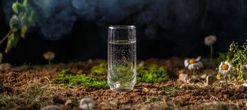 一杯在地面上的水 免版税库存图片