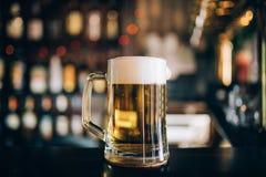 一杯在客栈背景的啤酒 免版税库存图片