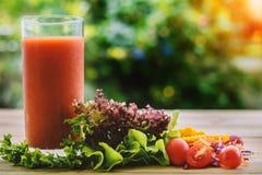 一杯在木桌上的蔬菜汁 免版税库存图片