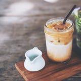 一杯在木桌上的Iced冰冻咖啡 免版税库存图片