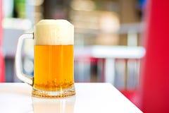 一杯在桌上的啤酒 库存照片