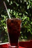 一杯在桌上的被冰的苏打 免版税库存图片