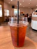 一杯在桌背景的柠檬茶 免版税库存照片