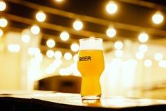 一杯在灯笼背景的卡拉服特啤酒  免版税图库摄影